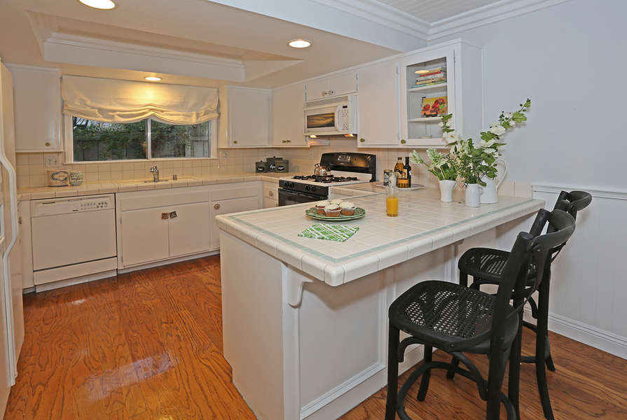 Bright Kitchen with breakfast bar