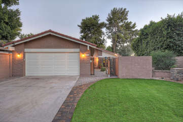 Exquisite single story home on Tempe Lake features two gar garage and professionally landscaped yard