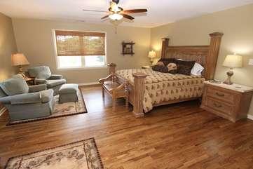 Master suite w/sitting area & TV-Upper level