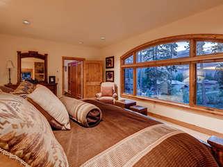 Stunning Master bedroom, King Mattress, linens provided